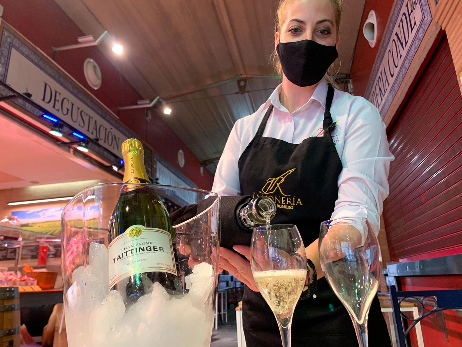 Selección de vinos por copa, cavas y Champagne en la zona de degustación en Jamonería José Luis Romero. Champagne Taittinger.